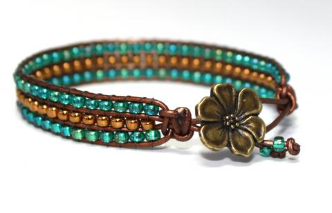 Åtta glas blågrönt och brons med blomma