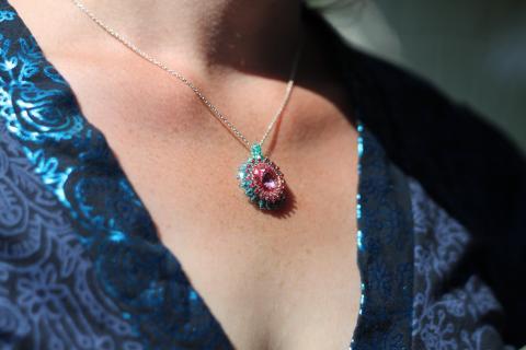 Rosaturkost halsband med stor glittrande swarovskikristall